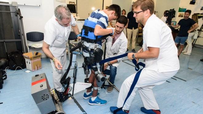 Miguel, de 15 años, prueba el exoesqueleto diseñado por el CSIC y el Niño Jesús.
