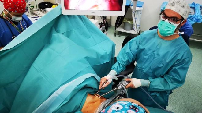 Momento de la lobectomia via subxifoidea en cáncer de pulmón en estadios iniciales en el Hospital de  la Santa Cruz y San Pablo.