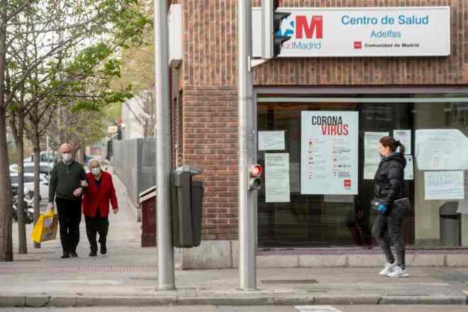 Fachada de un centro de salud de Madrid durante la epidemia de coronavirus