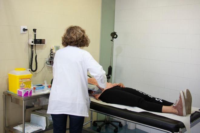 Médico atendiendo a un paciente en un centro de salud español