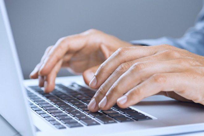 Manos en un ordenador