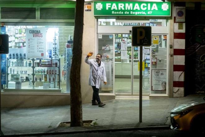 Farmacéutico saludando a sus vecinos en uno de los aplausos diarios. / J. L.Pindado.