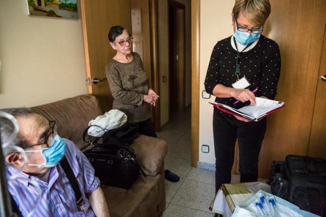 Enfermera atendiendo a un paciente en su domicilio FOTO: Aridna Creus y Ángel García (Banc Imatges Infermeres).