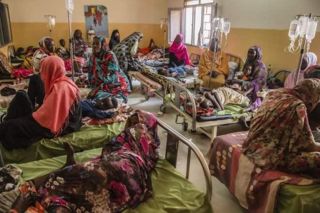 Pacientes esperando para hacerse el test de malaria en un centro de MSF