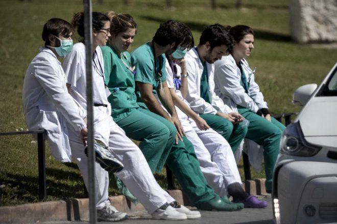 Varios profesionales descansan en la puerta de Urgencias del Hospital Ramón y Cajal (Foto: Alberto Di Lolli)