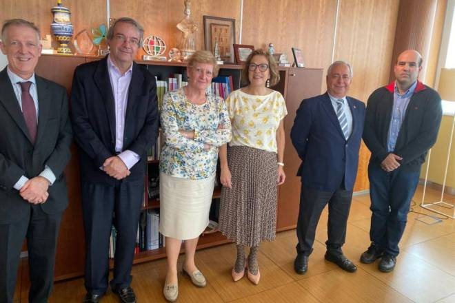 La consejera de Sanidad del Gobierno de Aragón, Pilar Ventura, con representantes de colegios de médicos.