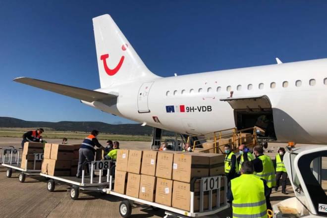El primer vuelo que ha aterrizado en Ciudad Real está cargado de 2 millones de mascarillas.