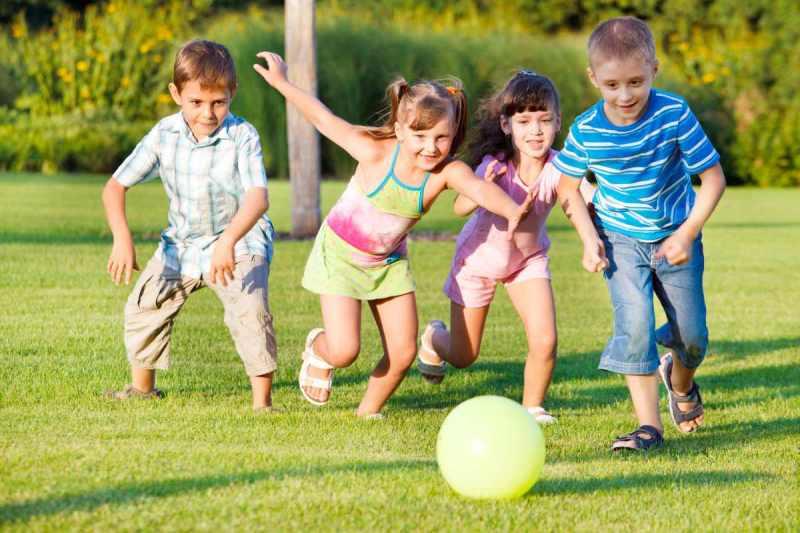 Niños jugando a la pelota.