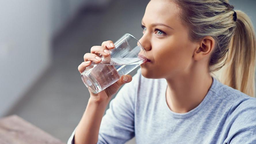 Para adelgazar y para tratar enfermedades: los beneficios de beber agua de mar