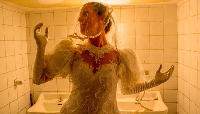 Mariana Bonadero en el rol de la novia que se confiesa en el baño (foto de Camila Gaiteri).