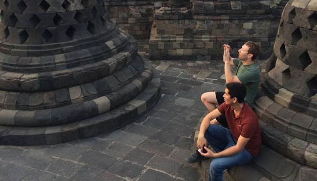 Mark Zuckerberg (kanan) memotret pemandangan saat mengunjungi Candi Borobudur, Jawa Tengah, 12 Oktober 2014. Facebook.com/Mark Zuckerberg:The Youngest Billionaire In the World