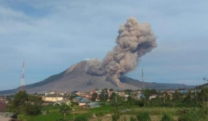 Mount Sinabung Erupts Spewing Ash Clouds To Three Districts Sci En Tempo Co Tempo Co