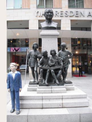 Dresdner Kreuzchor, Skulptur an der Kreuzkirche