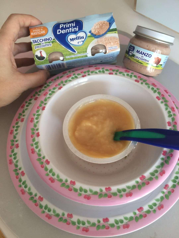 Mellin Primi Dentini, ideale per i bambini dagli 8 mesi in sù, per cominciare a masticare. Pezzettini di carne e frutta. Svezzamento