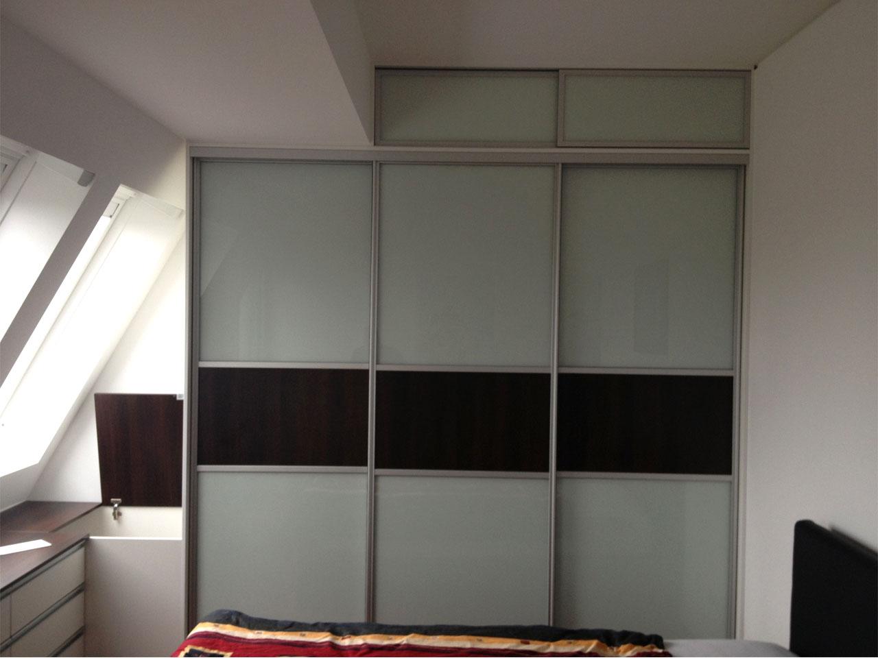 Schlafzimmerschrank mit Kommode im Dachgeschoss  STAURAUMFABRIK