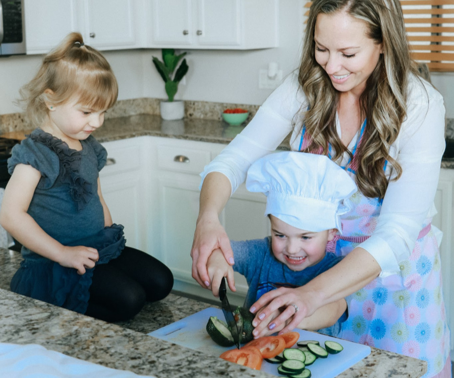 Why it's so important to include your kids in the cooking. #stayfitmom #kidscooking