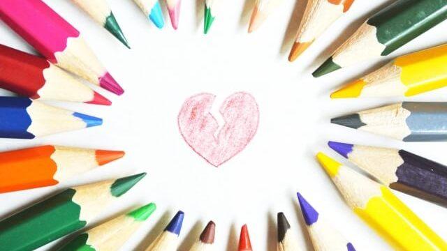 色とりどりの色鉛筆と失恋マーク
