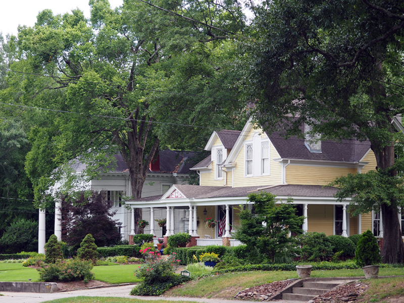The historic homes in Marietta, Georgia are absolutely beautiful! Definitely a must see. | our Marietta, Georgia Guide via Stay gold Autumn