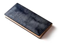 ネイビーの長財布