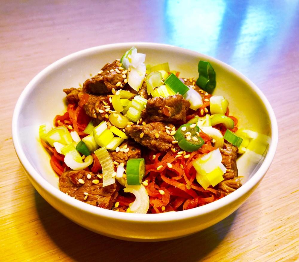 Asiatischen Gemüsenudeln mit Rindfleisch