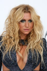 kesha curly golden blonde hairstyle