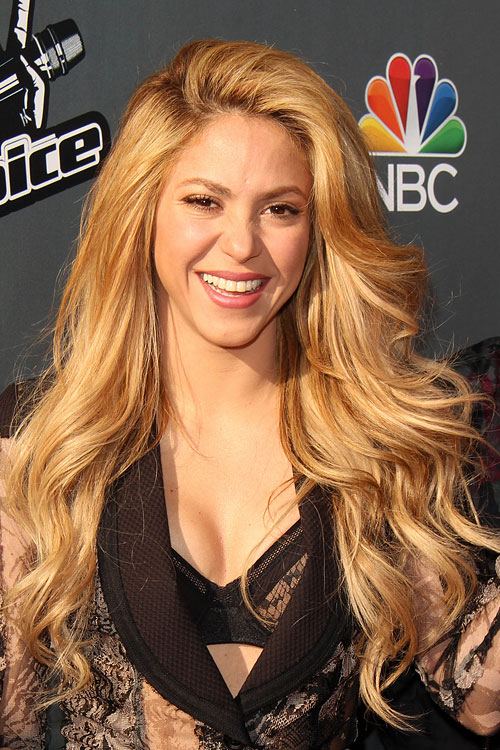 Shakira Wavy Honey Blonde Side Part Hairstyle Steal Her