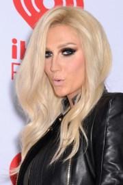 kesha wavy platinum blonde hairstyle