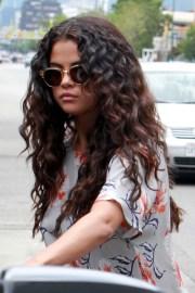selena gomez's hairstyles & hair