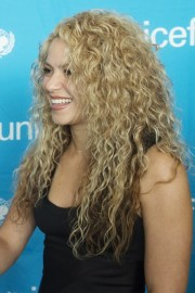 shakira's hairstyles & hair colors