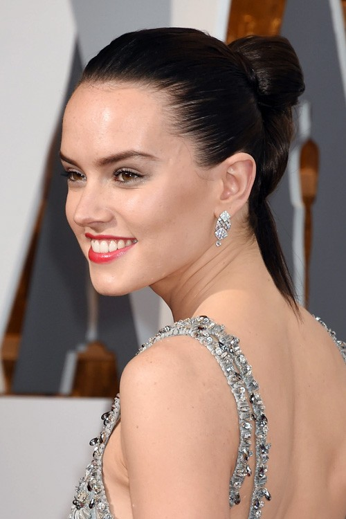 Daisy Ridleys Hairstyles Amp Hair Colors Steal Her Style
