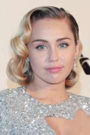 miley cyrus hairstyles & hair colors