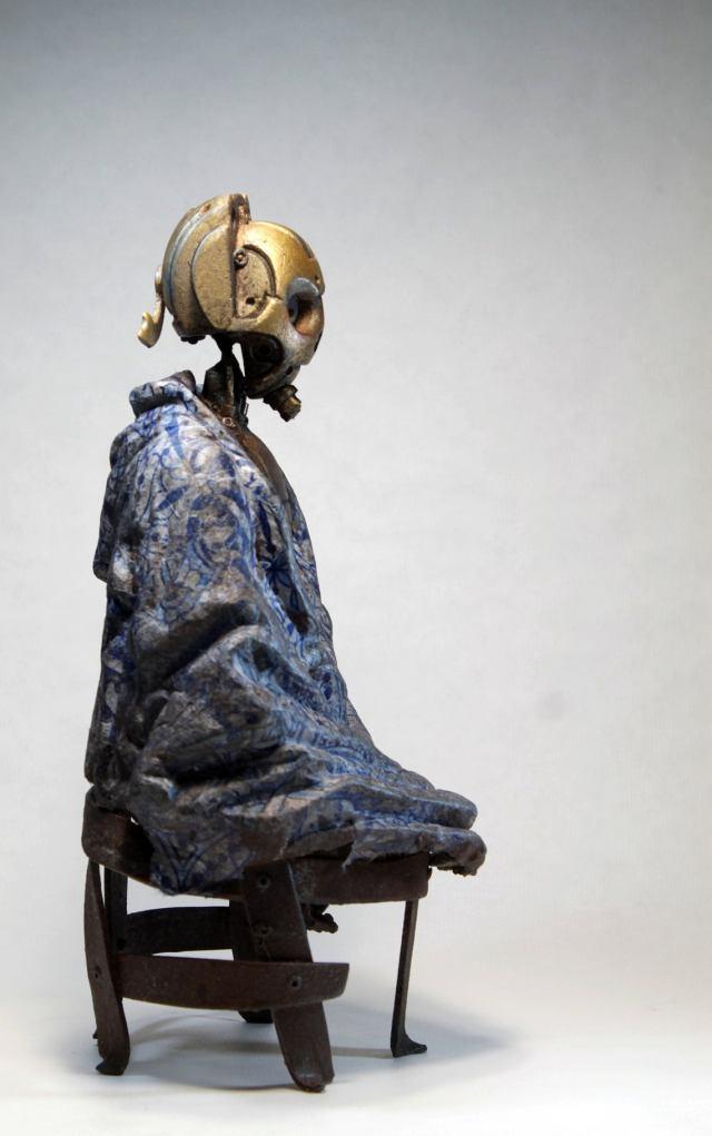 MALATU. Steampunk robot with a blue blanket. Sculpture by Tomàs Barceló. 3