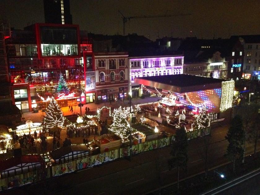 "Julemarked Hamburg. Aftenudsigt over julemarkedet ""Santa Pauli"" på Reeperbahn, St. Pauli, Hamburg."