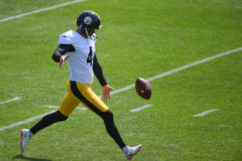 Pittsburgh Steelers punter Dustin Colquitt (4) practices at the UPMC Rooney Sports Complex preparing for a Week 1 matchup against the New York Giants, Wednesday, Sept. 9, 2020 in Pittsburgh, PA. (Caitlyn Epes / Pittsburgh Steelers)