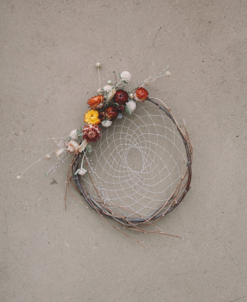 Strawflower Dreamcatcher – natural dreamcatcher with dried flowers and silver thread, floral dream catcher, boho wall hanging, natural decor