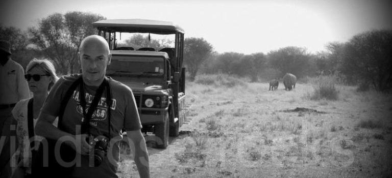 Nashorn im Rücken