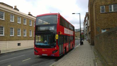 Der erste rote Doppeldeckerbus