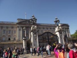 Der Buckingham Palast wird belagert von Touristen