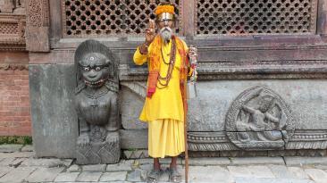 Ein Sadhu-Mann posiert fürs Foto – für viele eine Einkommensquelle