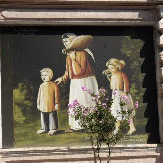Georgische Familie, Mutter und die Kinder. Die wussten schon damals, dem Vater das Richtige nach Hause zu bringen, witzeln wir beim Anblick dieses Bildes. Die Familie trägt Wein...