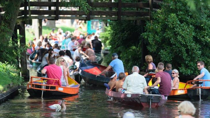 aglomeratie mare pe canalele din Giethoorn
