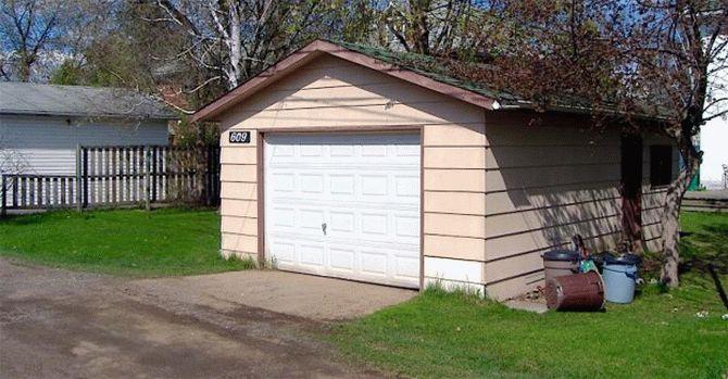 Conditii de viata intr-un garaj! Dar uita-te in interior!