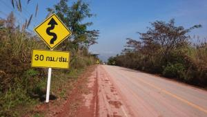 Achtung Kurven - ein Schild, das Spaß verspricht
