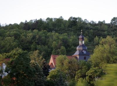 Aus vollen Zügen (1): Kleine Kirche in Thüringen