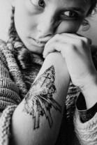 ma fille arborant les décalcos réalisées par Léa Nahon