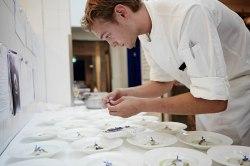 Konzentration beim Anrichten_Chris David aus dem Cheval Blanc