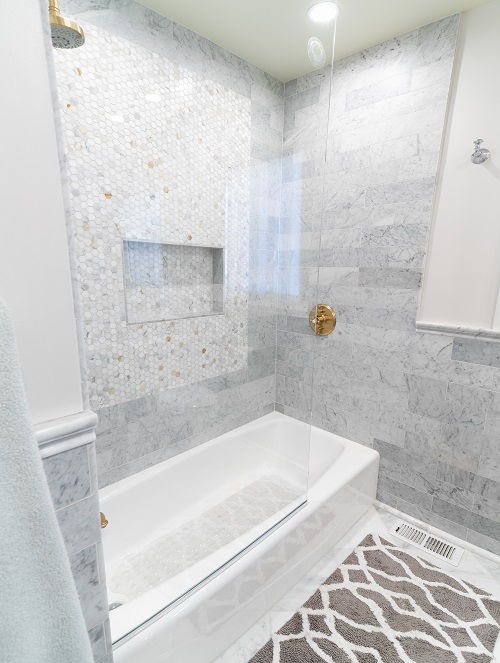 Glass barrier to white shower/tub