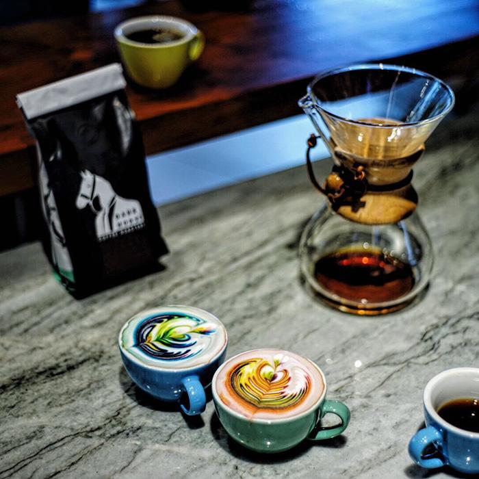 barista cria bebidas a base de cafe coloridas obras de artes em cafe4