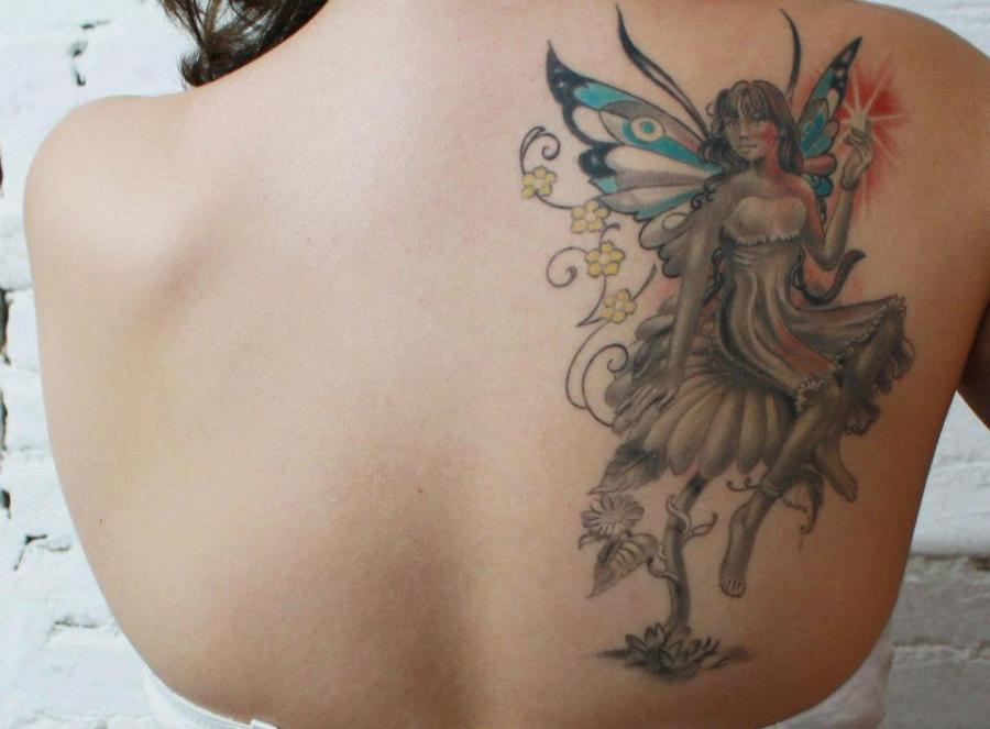 tatuagem de fada realista nas costas