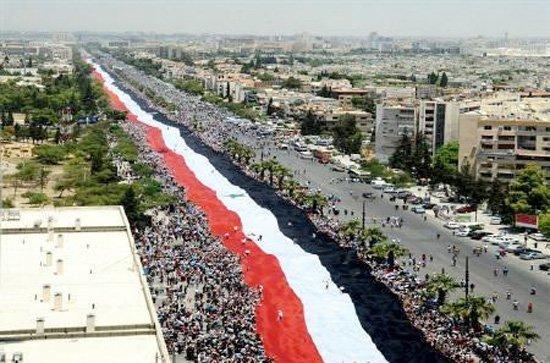Millionmarsjen i Damaskus 2011 med et 2,3 km langt syrisk flagg